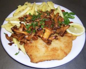 Schnitzel mit Pfifferlingen und Pommes